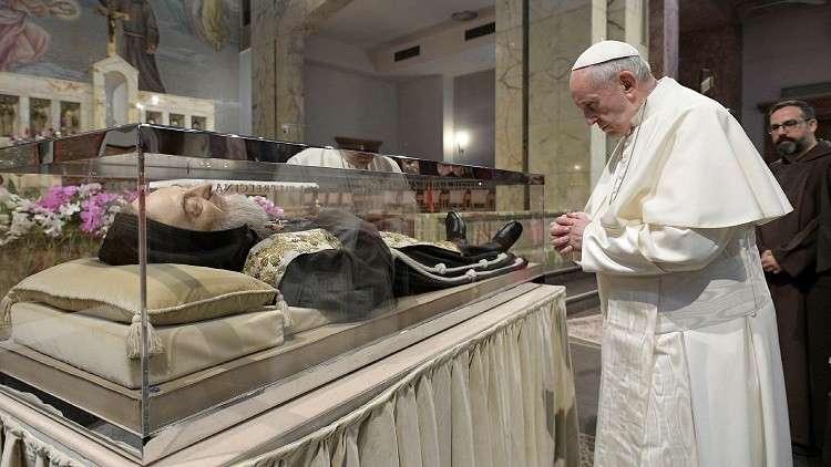 البابا فرنسيس يصلي على روح راهب حارب الشيطان