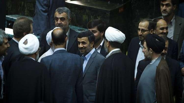 القضاء الإيراني يوقف مقربا من الرئيس السابق نجاد
