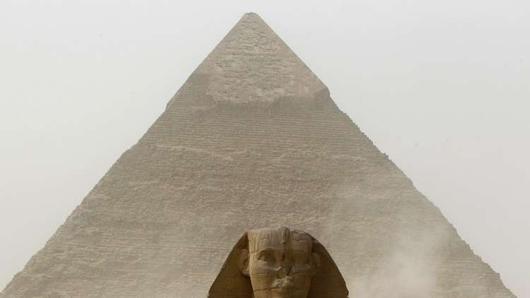 إنقاذ مواطن مصري حاول رمي نفسه من شاهق هرم