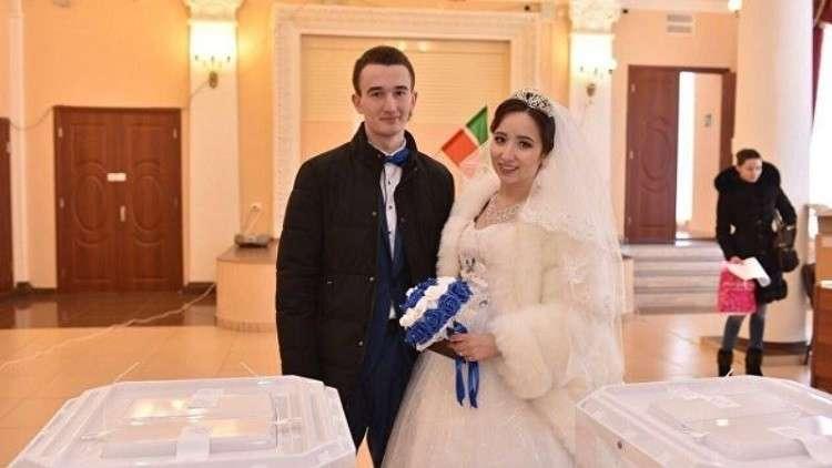 عروسان تتريان يدخلان قفص الزوجية ومركز الاقتراع في يوم واحد
