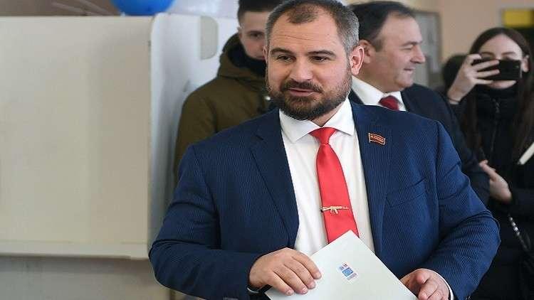 المرشح سورايكين يدلي بصوته في الانتخابات الرئاسية برفقة والدته المسنة