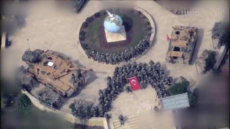 الجنود الأتراك يشكلون بأجسادهم هلالا في عفرين