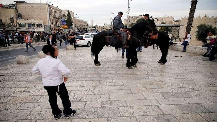 مقتل فلسطيني بعد طعنه حتى الموت حارسا أمنيا في القدس القديمة (فيديو)