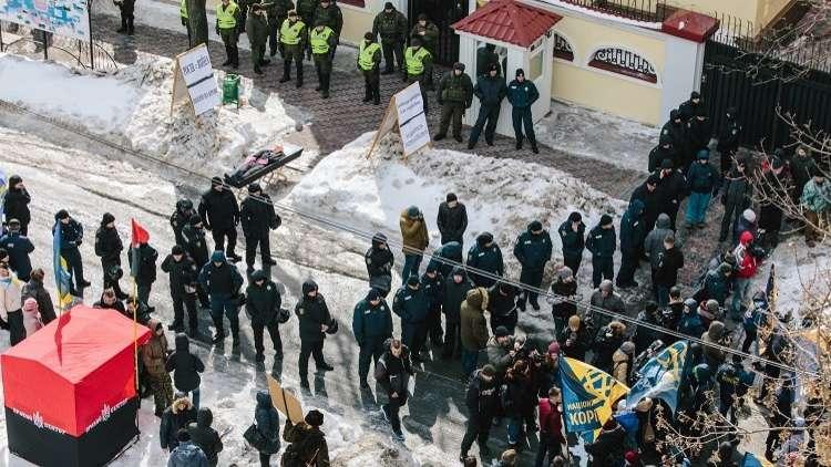 مراقبون أوروبيون: كييف خيبت أملنا بمنعها الروس من التصويت على أراضيها