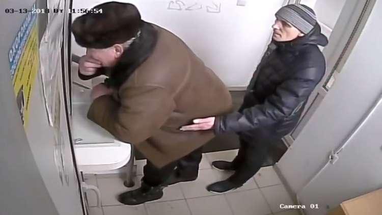 لص يسرق محفظة رجل أمام بنك في وضح النهار!