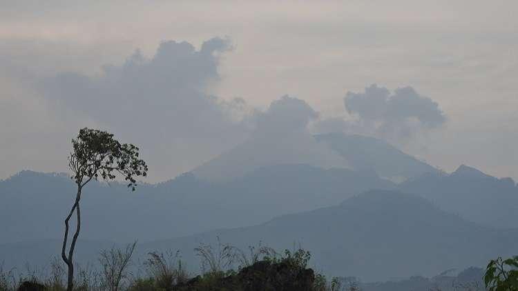 انبعاث دخان سام من بركان في إندونيسيا
