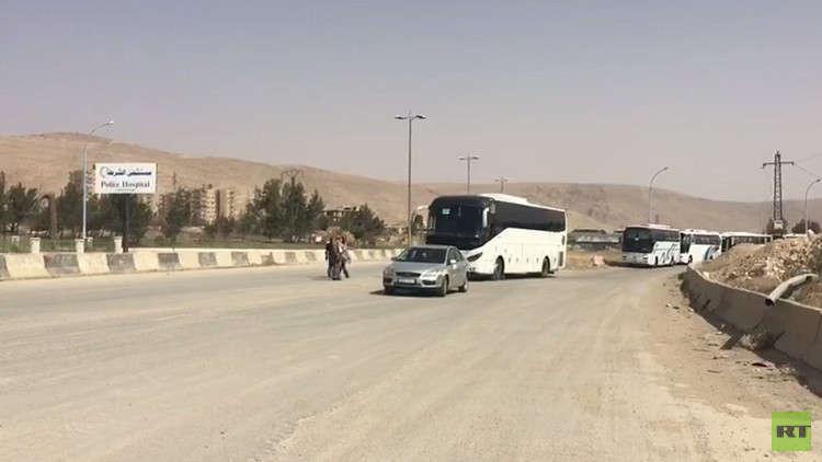 بالفيديو.. الحافلات تنقل مسلحي حرستا وعائلاتهم إلى إدلب