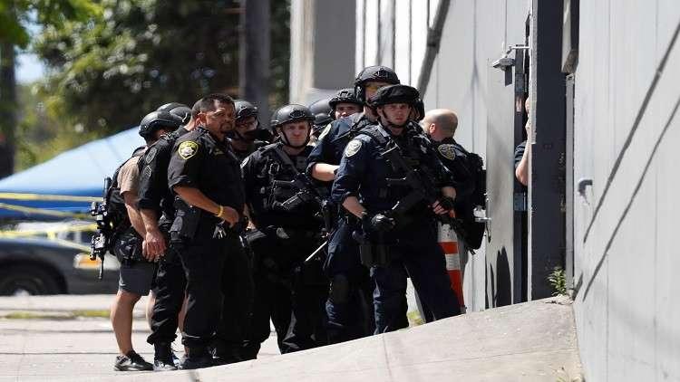 شاهد.. شرطة كاليفورنيا تطلق 20 عيارا ناريا على مواطن أسود أعزل!