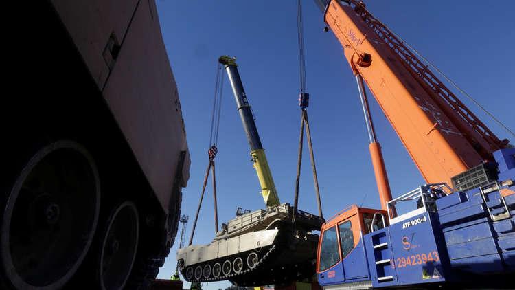 بالصور.. شحنة كبيرة من الآليات القتالية الأمريكية تصل الأردن
