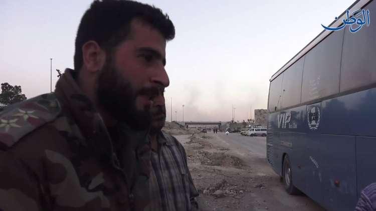 فيديو.. حوار بين ضابط سوري وعدد ممن يغادرون لإدلب