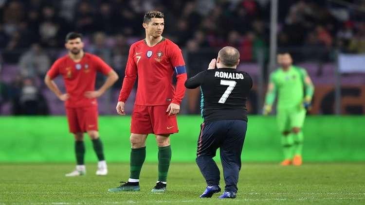 مشجعون يقتحمون ملعب مباراة البرتغال وهولندا لمعانقة رونالدو (فيديو)
