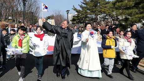 """رئيس كوريا الجنوبية مون جيه إن وزوجته يشاركان في فعاليات بمناسبة الذكرة الـ99 لانطلاق """"حركة 1 مارس عام 1919"""" للمطالبة باستقلال البلاد من الحكم الاستعماري الياباني."""
