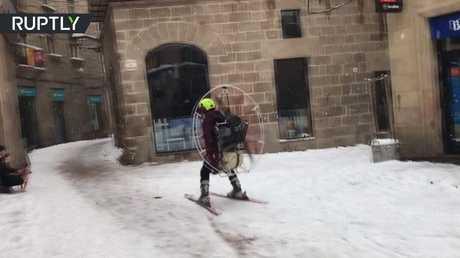 مغامر إسباني يتزلج بالإسكي بأسلوب فريد