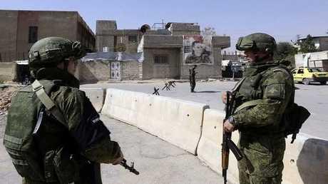 عناصر للشرطة العسكرية الروسية قرب معبر الوافدين