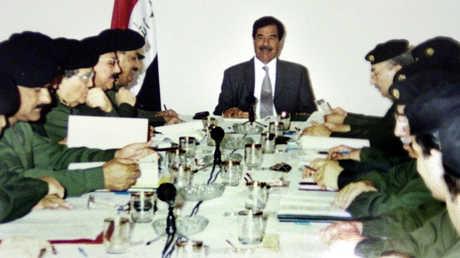 صدام حسين في اجتماع وزاري عام 2002