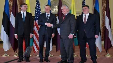 وزير الخارجية الأمريكي ريكس تيلرسون مع نظرائه من إستونيا ولاتفيا وليتوانيا (صورة من الأرشيف)