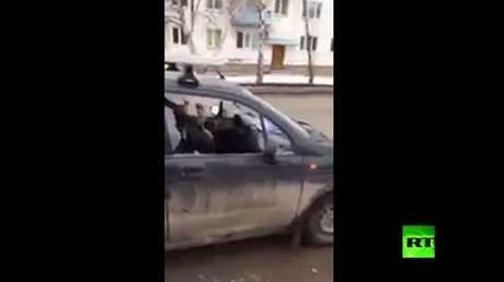 شاهد بالفيديو.. امرأة حطمت سيارتها بالفأس في وضح النهار