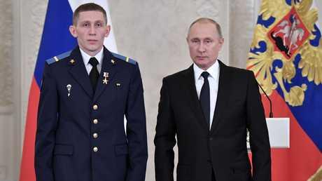 الرئيس الروسي، فلاديمير بوتين، والعريف في الجيش الروسي، دينيس بورتنياغين