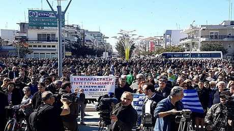 اليونان متظاهرون يطالبون تركيا بإطلاق سراح جنديين محتجزين