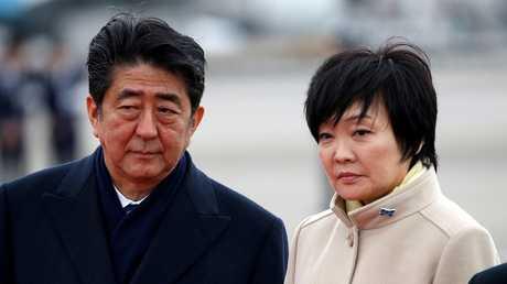 رئيس الوزراء الياباني شينزو آبي وزوجته آكي آبي