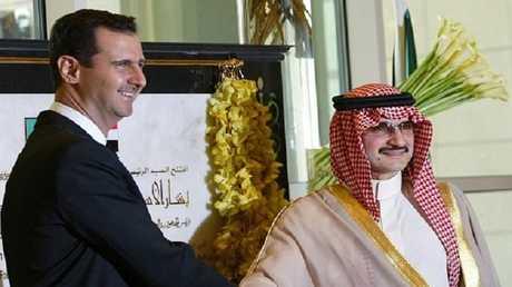 """أرشيف - الرئيس السوري بشار الأسد والأمير السعودي الوليد بن طلال في حفل افتتاح فندق """"فورسيزونز"""" دمشق عام 2006"""