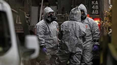 أفراد فرق الطوارئ البريطانية في مكان حادثة تسمم سيرغي سكريبال
