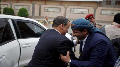 """الناطق باسم جماعة """"أنصار الله"""" محمد عبد السلام مع المبعوث الأممي السابق إلى اليمن إسماعيل ولد الشيخ أحمد (صورة من الأرشيف)"""