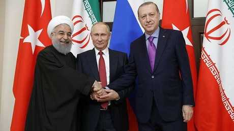 الرئيس الروسي فلاديمير بوتين مع نظيريه التركي رجب طيب أردوغان والإيراني حسن روحاني