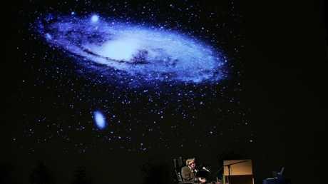 RT تكرم ستيفن هوكينغ .. جولة حول الأرض بتقنية 360