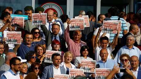 وقفة تضامنية مع الصحفيين المعتقلين من صحيفة جمهورييت التركية - أرشيف