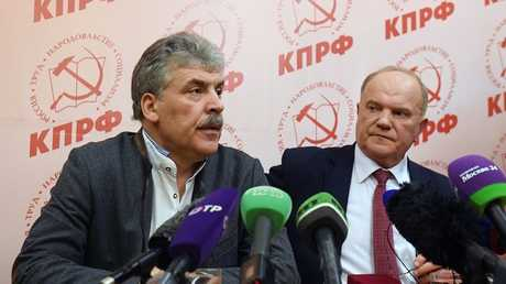 زعيم الحزب الشيوعي الروسي غينادي زيوغانوف (اليمين) مع مرشح الحزب للانتخابات الرئاسية بافيل غرودينين
