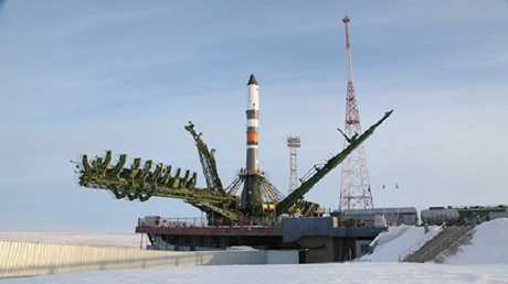 تثبيت الصاروخ والمركبة الفضائية على منصة الإطلاق