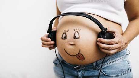 لماذا يتحرك الجنين داخل الرحم؟