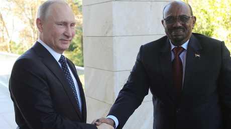 الرئيسان الروسي، فلاديمير بوتين، والسوداني، عمر البشير، خلال لقاء بينهما في سوتشي يوم 23 نوفمبر 2017.
