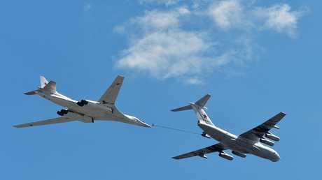 قاذفة قنابل استراتيجيّة من طراز Tu-160 في سماء موسكو تتزود بالوقود