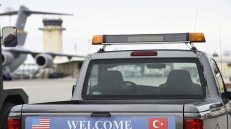 """سيارة أمريكية كتب عليها """"أهلا بكم في إنجرليك"""" في القاعدة الجوية إنجرليك التركية"""