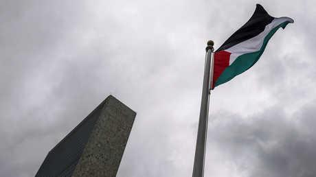 علم فلسطيني يرفرف أمام مقر الأمم المتحدة في نيويورك