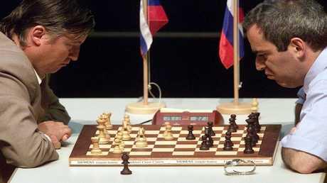 بعيدا عن الشطرنج.. نزال بين البطلين كاربوف وكاسباروف
