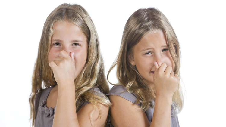 الكشف عن أهم أسباب رائحة الجسم الكريهة