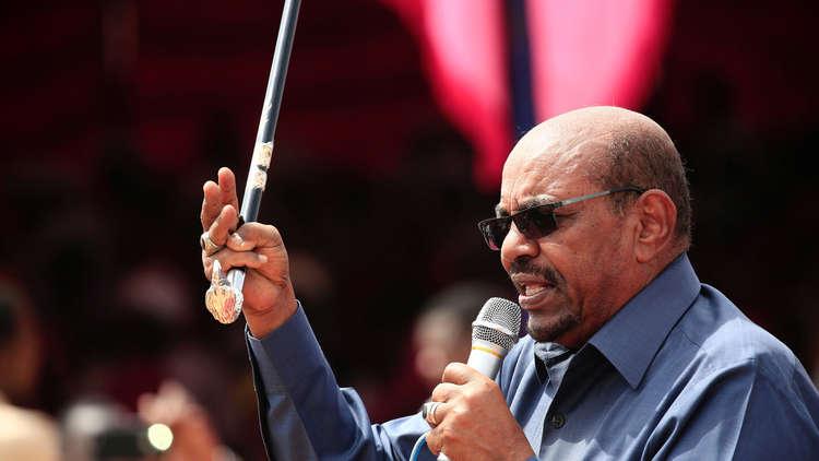 الرئيس السوداني يتعهد بأن تبقى مرتبات العسكريين الأعلى