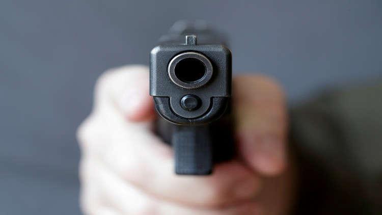 نائب أمريكي يشهر مسدسا ملقما في اجتماع ضد حمل السلاح