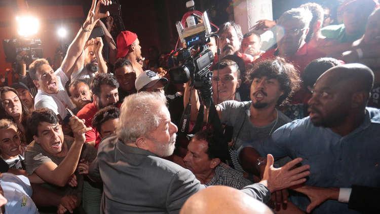 البرازيل.. أنصار لولا يمنعونه من تسليم نفسه للعدالة