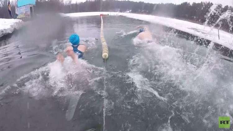 محبو السباحة الشتوية ينظمون ماراثونا في برناؤول