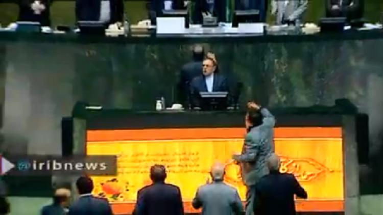 بالفيديو.. احتجاجات داخل البرلمان الإيراني بسبب