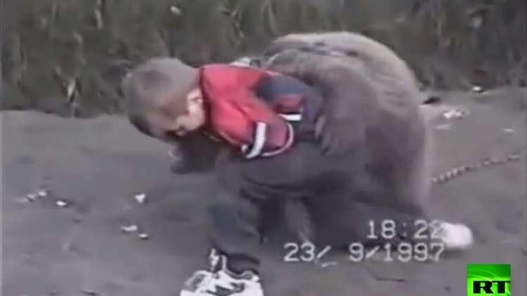شاهد.. الطفل حبيب نور محمدوف يصارع دبّا!