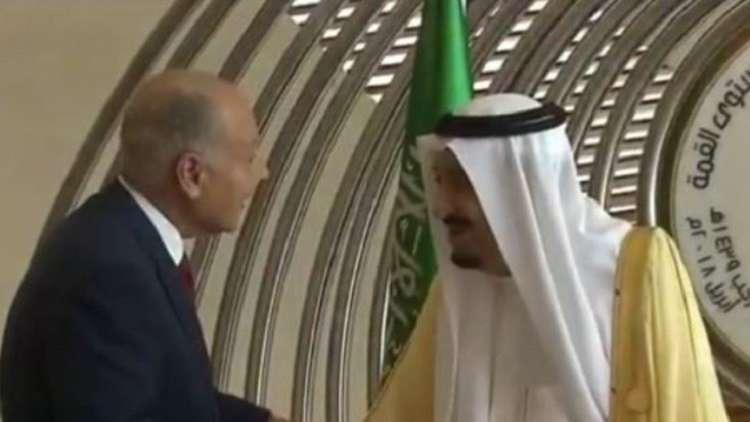 الملك سلمان يستقبل القادة العرب أمام مقر انعقاد القمة العربية في الظهران