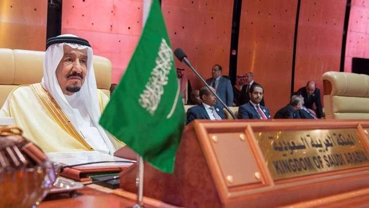 صورة للعاهل السعودي الملك سلمان في القمة العربية تنال إعجاب المغردين