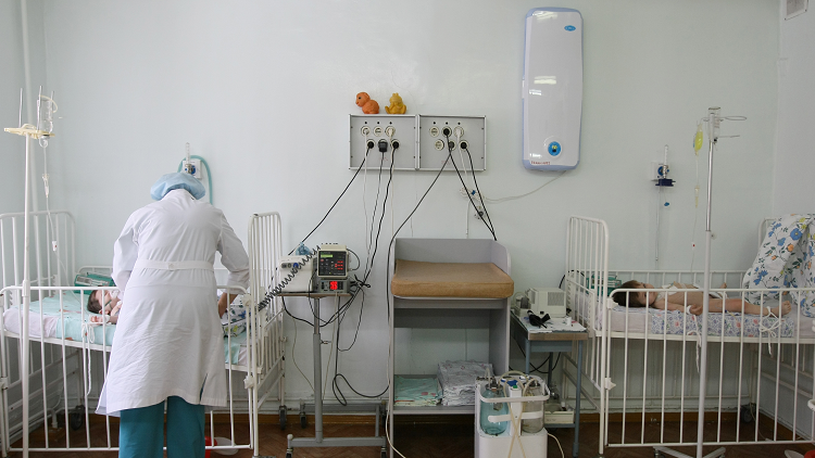 الشرطة تحقق مع ممرضة روسية بسبب معاملتها الوحشية لرضيع (فيديو)