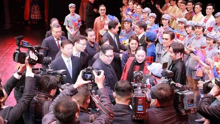 كيم يحضر وعقيلته عرض باليه صينيا في بيونغ يانغ