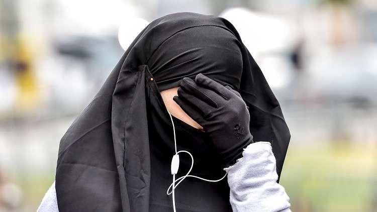 حرمان مسلمة من الجنسية الفرنسية لرفضها مصافحة مسؤولين
